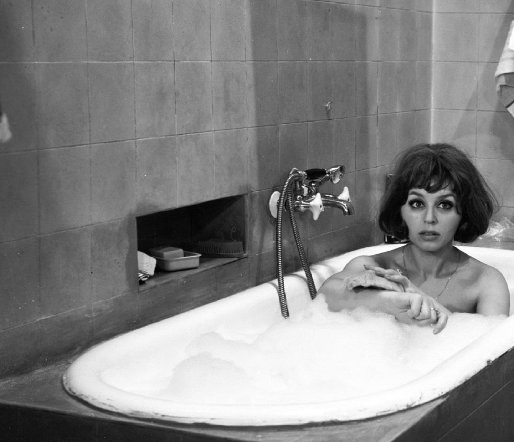 Zdjęcie przedstawia Kalinę Jędrusik w wannie, kadr z filmu Lekarstwo na miłość