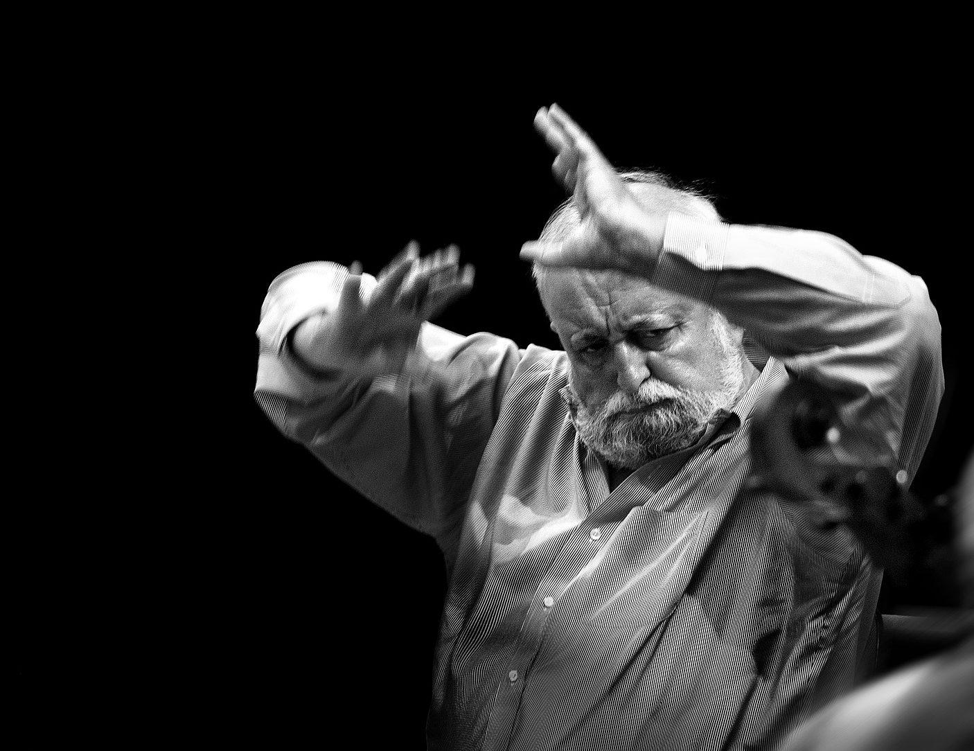 Krzysztof Penderecki dyryguje orkiestrą na Europejskim Kongresie Kultury 2011