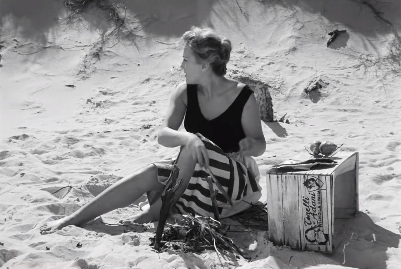 kadr z filmu Ostatni dzień lata, młoda kobieta sedzi na plaży nad mały ogniskiem