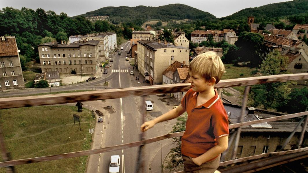 kadr z filmu Sztuczki, chłopiec na wiadukcie kolejowym