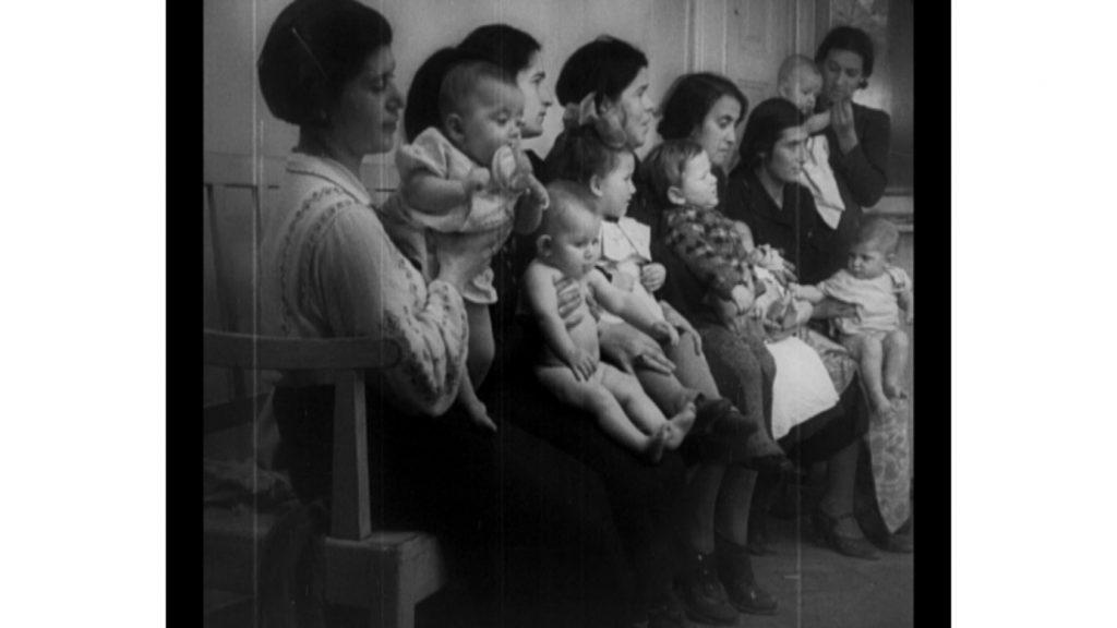 kadr z filmu W walce o zdrowie, kobiety ze swoimi malymi dziećmi