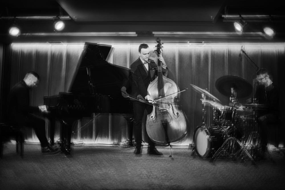 zdjęcie tria jazzowego - pianista, kontrabasista i perkusista