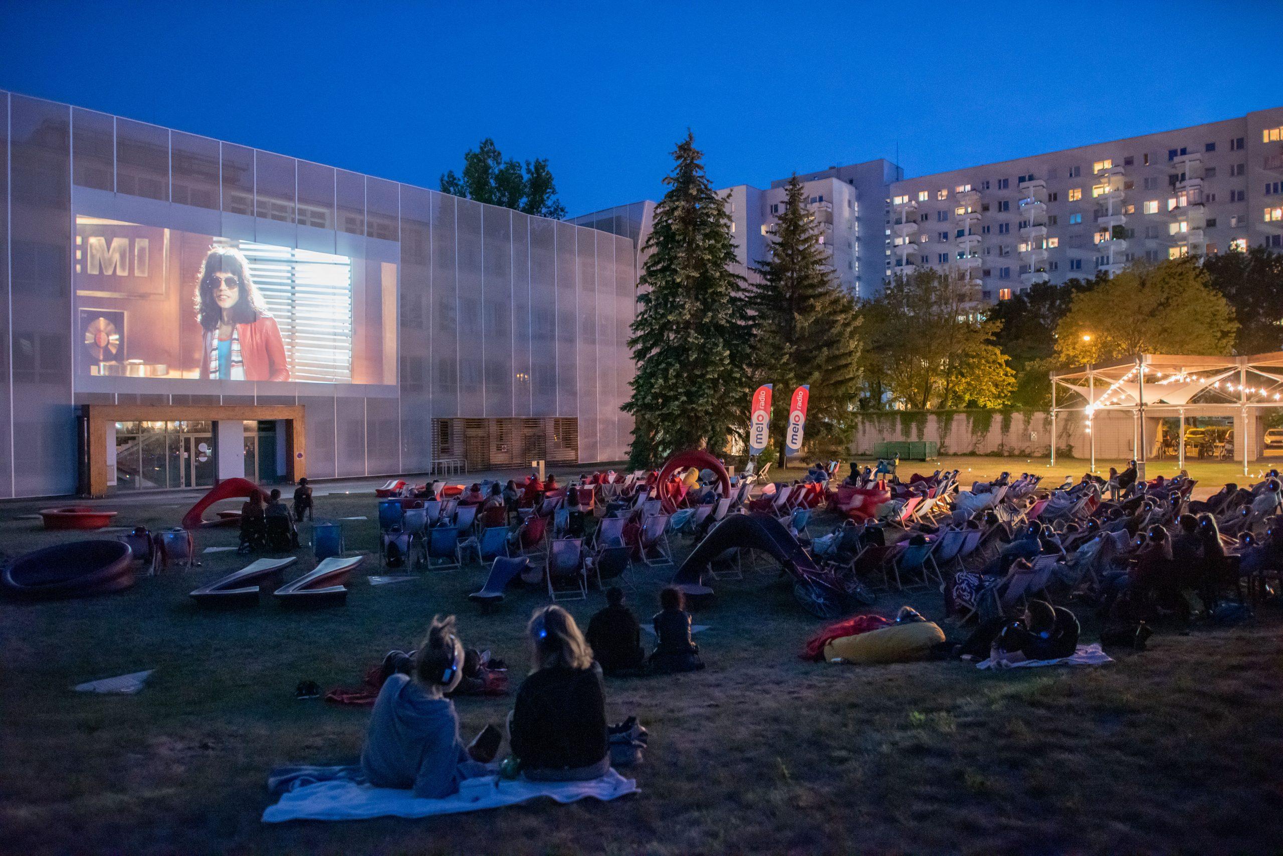 wieczorny seans na dziedzińcu Filmoteki Narodowej - Instytutu Audiowizualnego