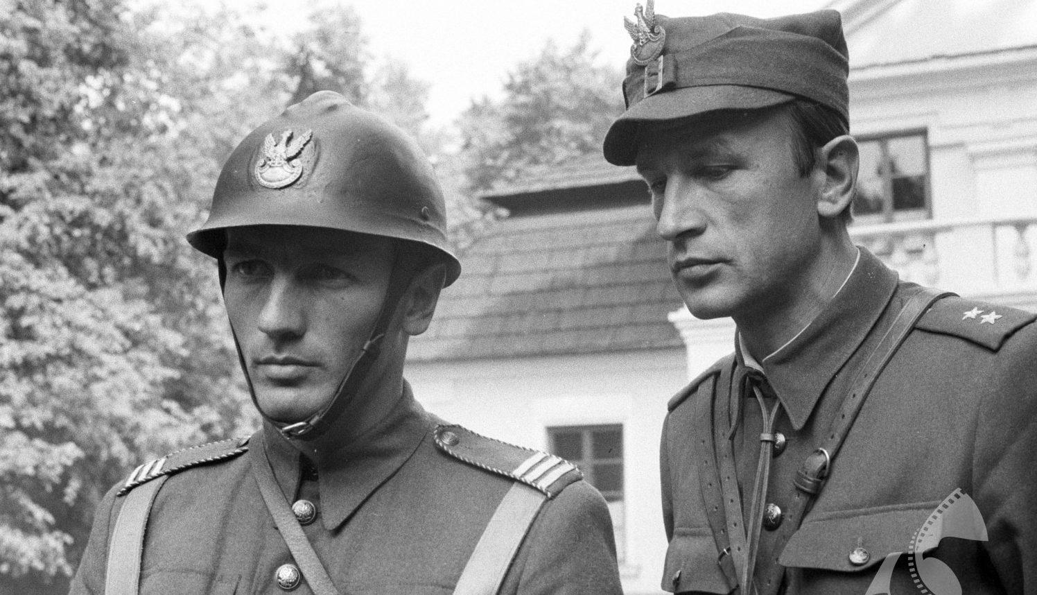 Dwóch mężczyzn w mundurach Wojska Polskiego