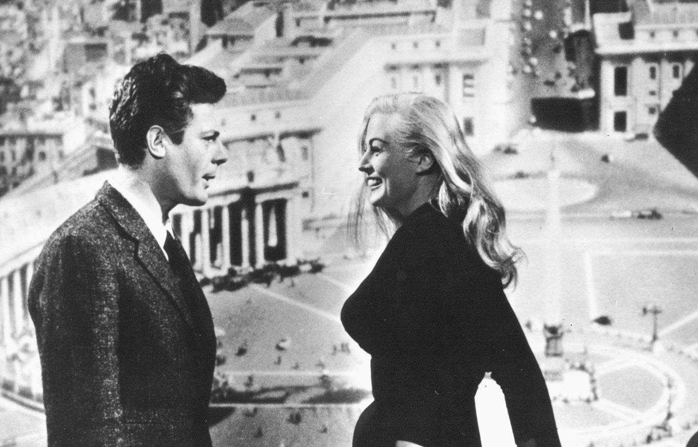 elegancki młody mężczyzna i elegancka młoda kobieta patrzą na siebie i śmiechają się