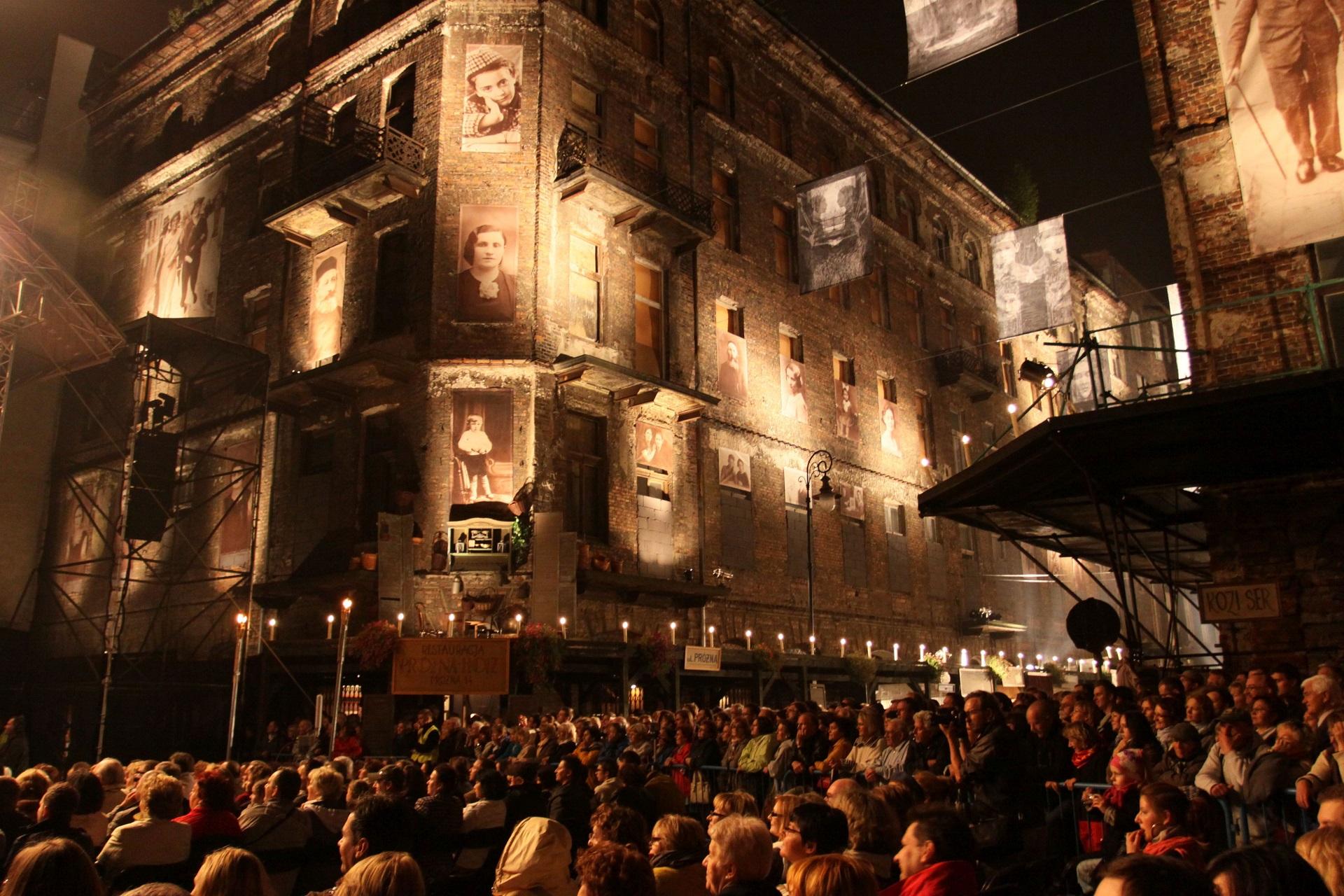 publiczność w czasie koncertu na festiwalu w tle stara zrujnowana kamienica